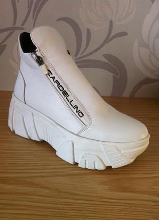 Новые кожаные белые ботинки на платформе