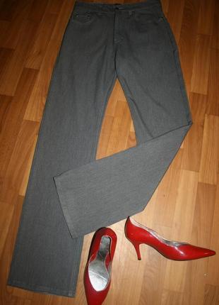 Дизайнерские серо-стального оттенка джинсы идеальной посадки с фирменными значками