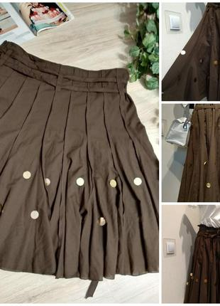 Стильная коричневая тонкая легкая юбка трапеция с медальонами