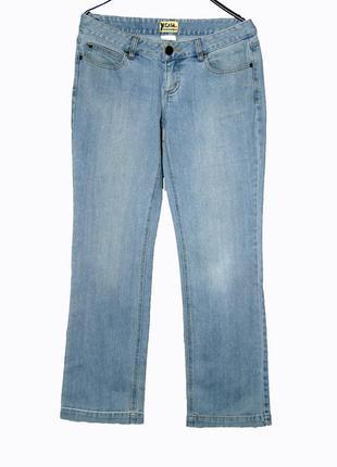 Голубые джинсы прямого кроя