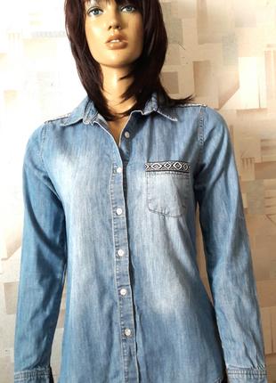 Крутая джинсовая рубашка с элементами вышивки от g21