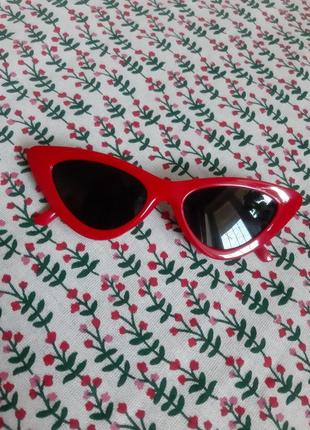 Стильные острые солнцезащитные очки