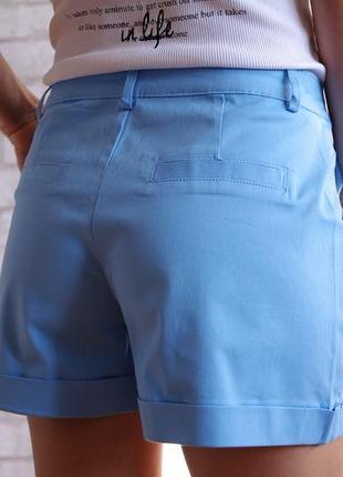Голубые классические шорты на пуговице