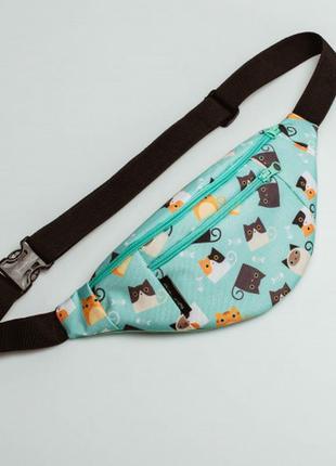 Женская мятная поясная сумка бананка с кошками