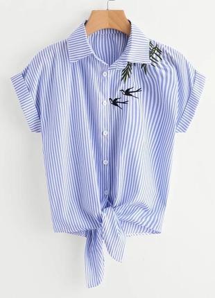 Белая голубая короткая рубашка блуза в полоску с вышивкой принтом птицами ветками узлом