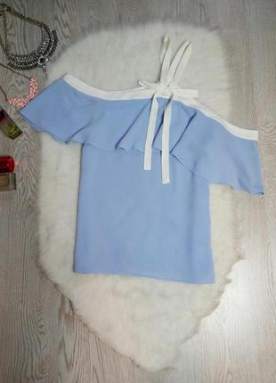 Голубая блуза с рюшами белым кантом открытым плечом белые завязки бант дизайнерская