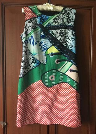 Интересное платье с креативным принтом кеды