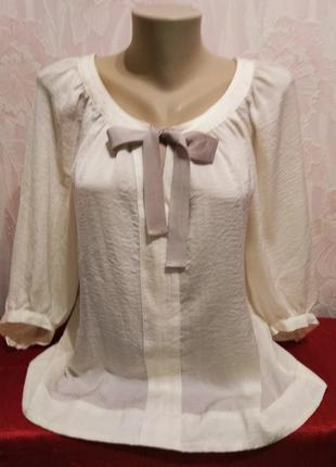 Красивая блуза с бантом.