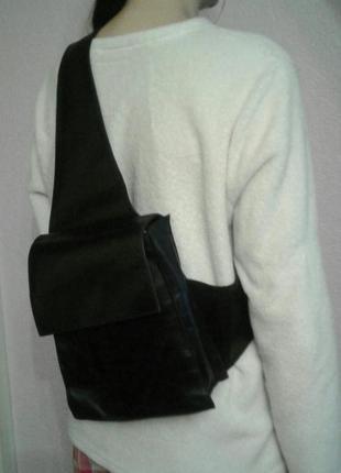 Кожаная вместительная сумка чере плечо