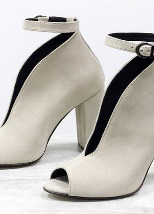 Замшевые светло-бежевые эксклюзивные туфли