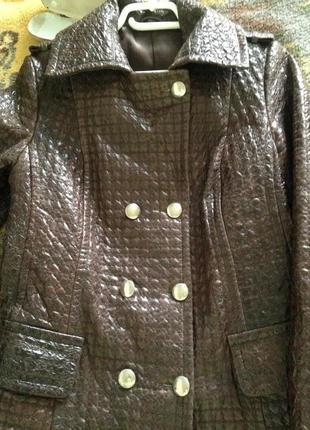 Приталенная фактурная кожа куртка с погонами
