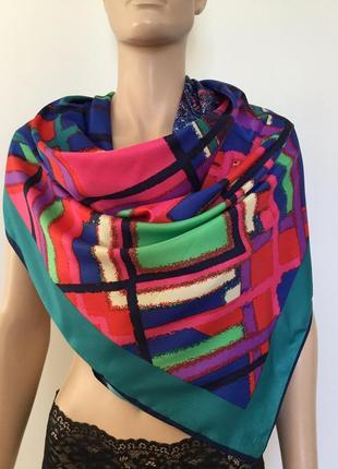Яркий шелковый платок