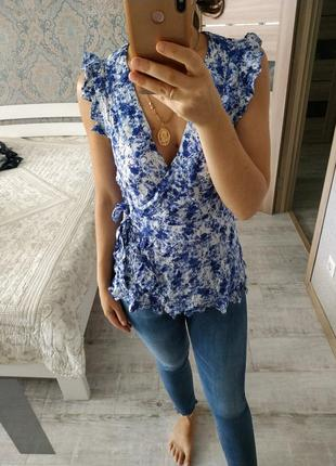 Красивая вискозная блуза с оборками на запах