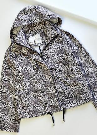 Стильная оверсайз куртка ветровка в анималистичный принт