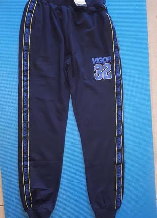 Фирменные спорт брюки синие джоггеры  на резинке с крафт лентами