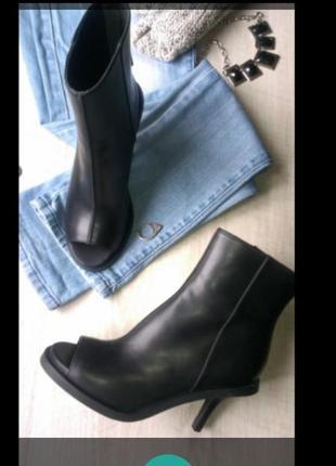 Ботинки известного бренда.