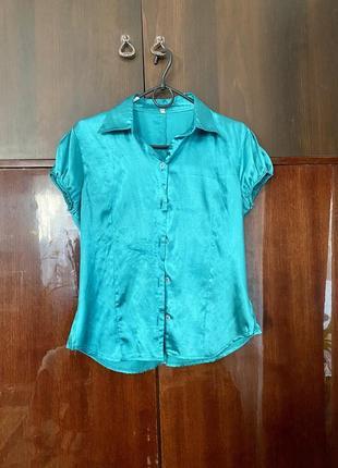 Яркая атласная нарядна рубашка с воротником