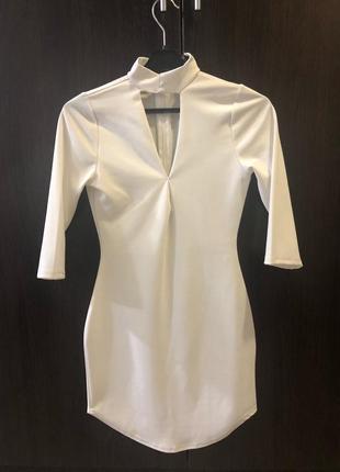 Платье с вырезом на декольте белое