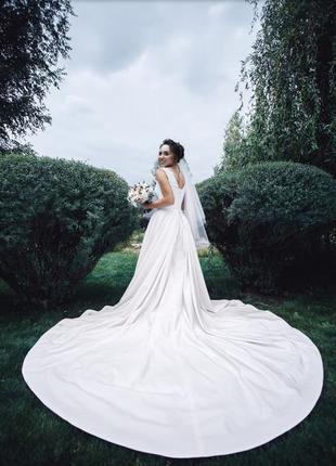 Красивое свадебное платье с длинным шлейфом