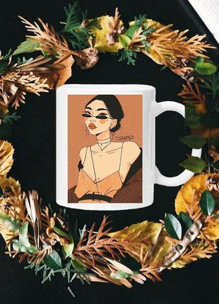 Чашка с принтом - трендовая девушка