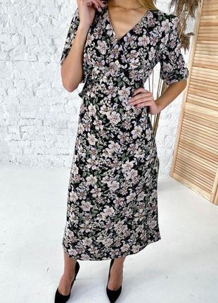 Женственное платье макси с оригинальным цветочным принтом.