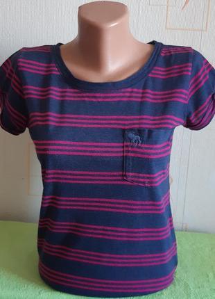 Красивая футболка синего цвета в малиновую полоску abercrombie&fitch made in vietnam