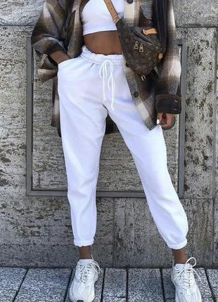 Белые спортивные штаны с высокой посадкой