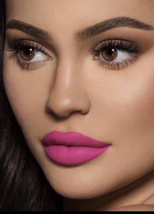 Увлажняющая помада make up revolution