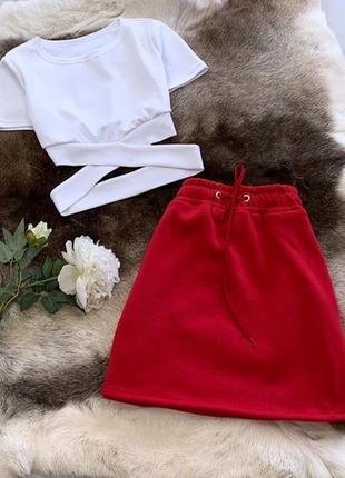 Стильный костюм в спортивном стиле юбка и топ