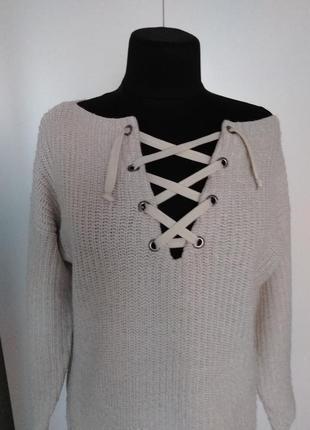Стильный свитер со шнуровкой