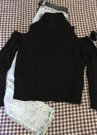 Стильный свитер оверсайз с открытыми плечами