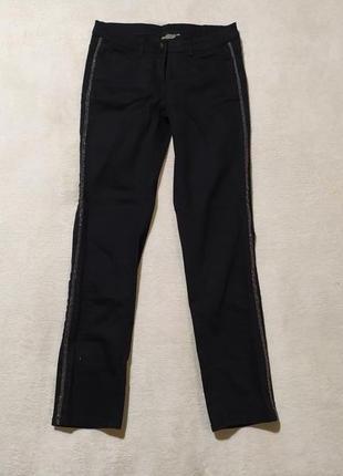 Черные джинсы с лампасами из бисера