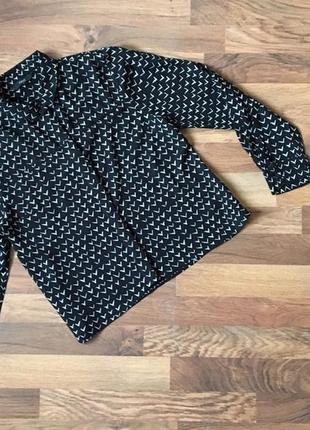 Стильная вискозная черная рубашка в белый принт