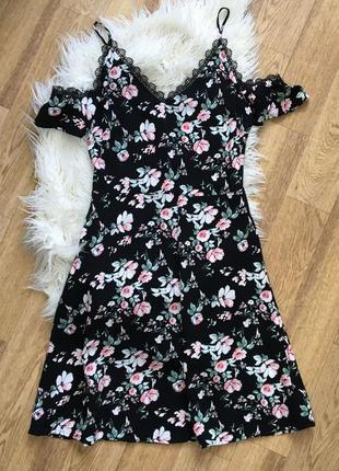 Красивое платье в цветах с открытыми плечи с кружевом вискоза