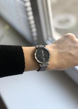 Женские наручные часы черного цвета