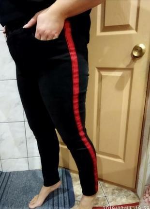 Крутые джинсы с красной линией
