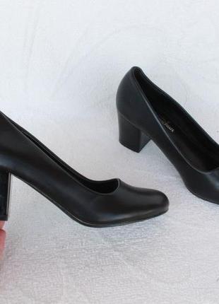 Черные туфли 38 размера на устойчивом каблуке