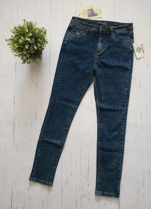 Темносиние новые джинсы