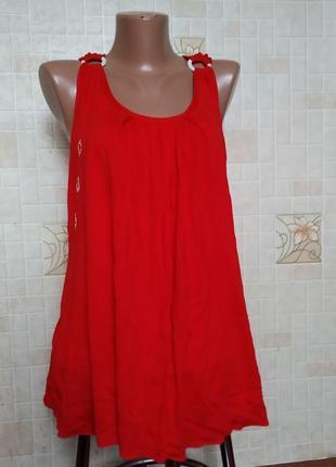 Красная майка с кольцами на плечах
