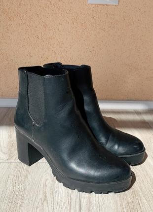 Чобітки чорні, каблук