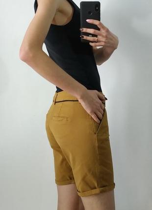 Горчичные шорты с карманами
