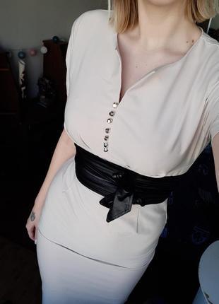 Бежевое платье с поясом