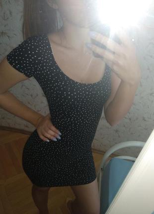 Платье по фигуре с вырезом
