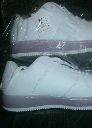 Крутые белые кроссовки.новые