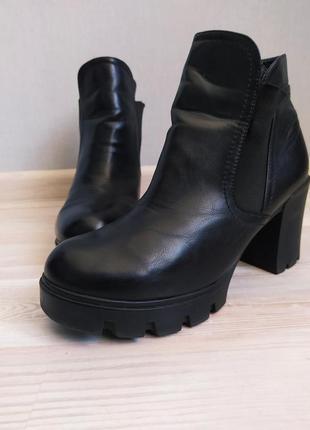 Черные демисезонные ботинки на каблуке ботильоны