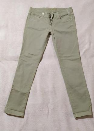 Новые джинсы  зауженные к низу