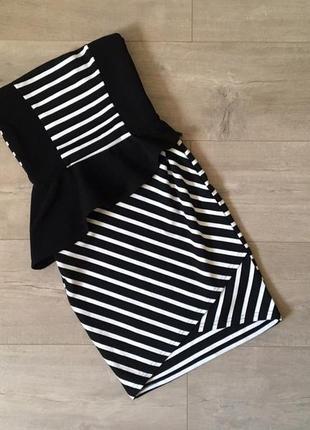 Стильное приталенное черно-белое платье в полоску