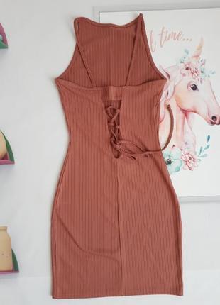 Чарівна сукня з відкритою спинкою