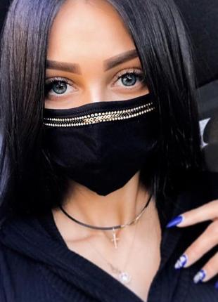 Черная маска с красивыми камнями
