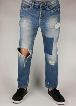 Фирменные зауженные рваные джинсы
